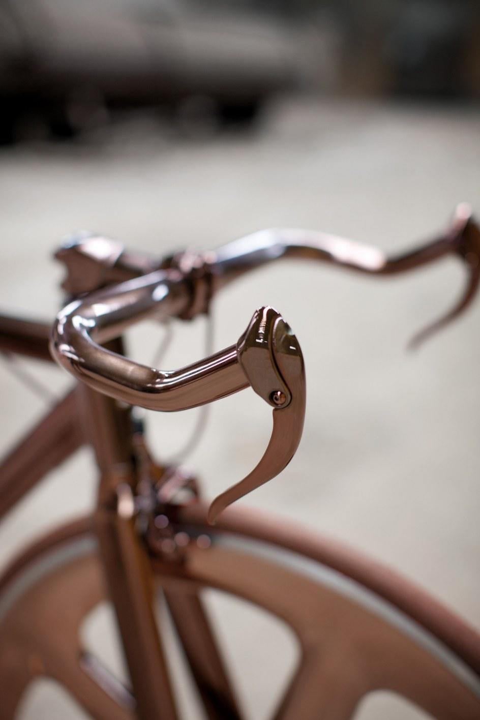 Detalle del manillar de la bicicleta DLS121 de Peugeot.
