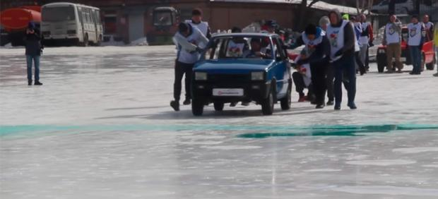 'Curling' con coches en Rusia