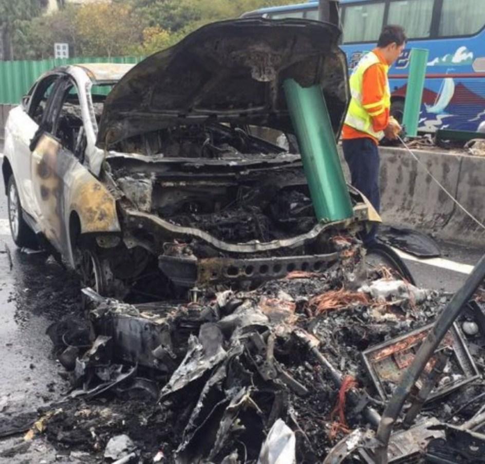 Así quedo el Tesla Model X tras incendiarse en un accidente.