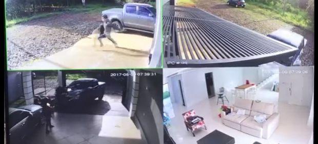 Un hombre embiste con su coche a varios ladrones