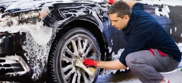 Limpiar coche a mano