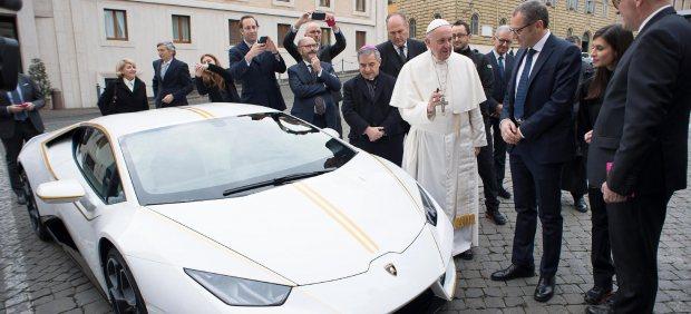 El papa recibe un Huracan