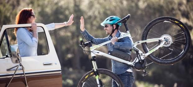 ¿Sabes cómo llevar las bicis en el coche de forma segura y legal?
