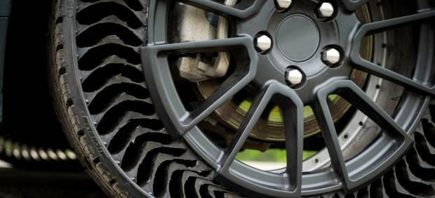 ¿Se acabaron los pinchazos? Así es el neumático sin aire del futuro.
